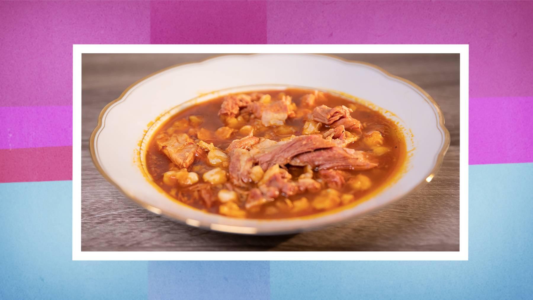 Mexikanischer Pozole mit Zwiebeln, Salat, Radieschen und Avocado; rassig, scharfe Sauce