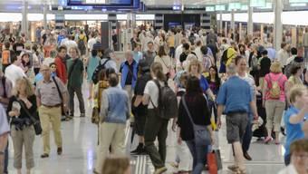 Besucher im neuen Bahnofsteil, dem Durchgangsbahnhof Löwenstrasse