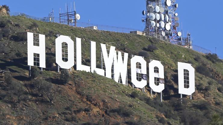 """Ein Unbekannter hat den berühmten Schriftzug über den Hügeln Hollywoods zu """"Hollyweed"""" abgeändert."""