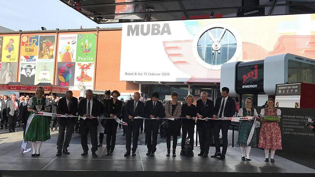 Mit dem traditionellen Schnitt durchs Band wird die 103. und letzte Frühjahresmesse Muba in Basel eröffnet.