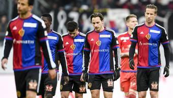 Die Köpfe gesenkt, die Blicke leer: Den Spielern des FC Basel war anzusehen, dass sie enttäuscht waren von ihrem Spiel und der Niederlage gegen den FC St. Gallen.