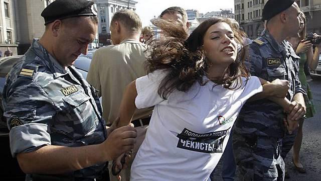 Eine Gegnerin des neues Gesetzes wird in Moskau abgeführt