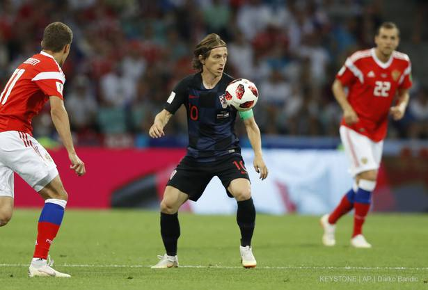 Kroatiens Superstar Luka Modric wird eng bewacht von den Russen.