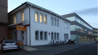 Seit Oktober 2014 Standort der neuen Regionalen Kleinklasse Olten: Eine kantonale Liegenschaft an der Von-Roll-Strasse 24 in der Oltner «Bildungsstadt Bifang», direkt neben dem Fachhochschul-Neubau (rechts).