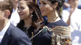 Ein Geschenk von Neuseelands Maori-Ureinwohnern an Meghan: Der traditionelle Umhang besteht unter anderem aus Pfauen-Federn.