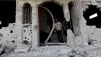 Ein Palästinenser in einem zerstörten Haus