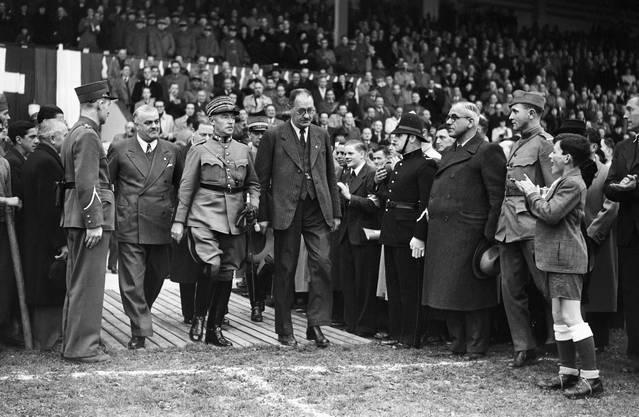 Geliebt von Rechten wie von Linken: General Guisan, Mitte, beim Fussball-Länderspiel Schweiz-Italien im November 1939.