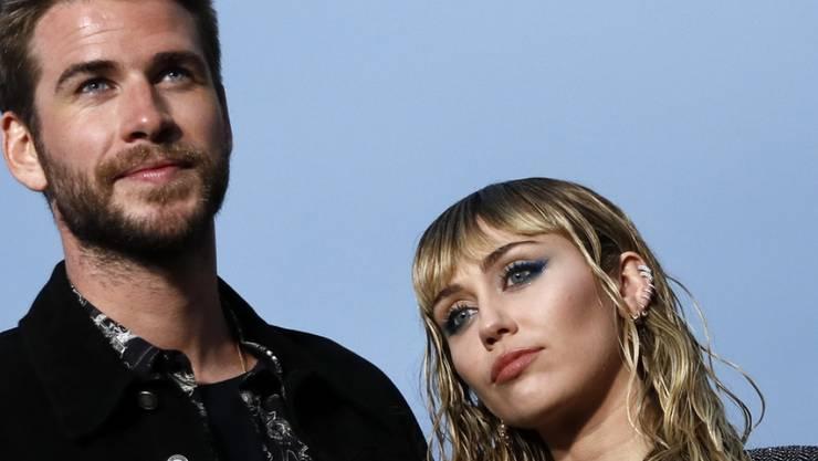 Nach der Trennung von US-Popstar Miley Cyrus (rechts) hat der australische Schauspieler Liam Hemsworth (links) sein einziges Statement dazu abgegeben.