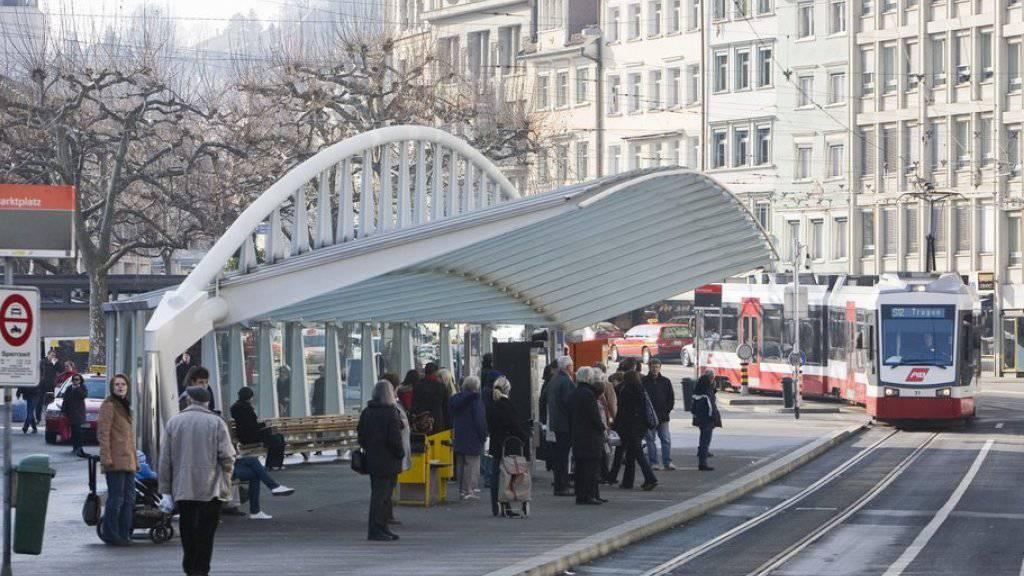 Im Februar 2004 wurde die Bushaltestelle Marktplatz-Bohl in St. Gallen eingeweiht - nun wurde deren Schöpfer Santiago Calatrava mit dem europäischen Architekturpreis geehrt. (Archiv)
