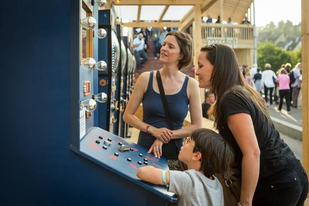 Mondoskop auf der Hochbrücke fasziniert mit Geschichten im Automat. Für einen Franken können Festbesucher die mit Holzelementen mechanisch dargestellten Geschichten sehen und Auf Deutsch oder Französisch hören.