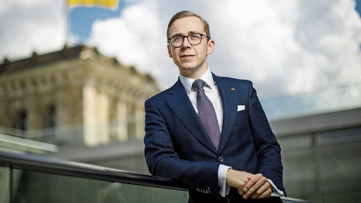 Nach innen und nach aussen konservativ: CDU-Politiker Philipp Amthor mit Anzug und charakteristischer Deutschland-Flagge am Revers.