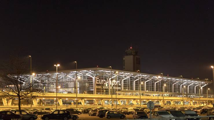 Am Euro-Airport sind am Freitagnachmittag Bombenentschärfer im Einsatz.