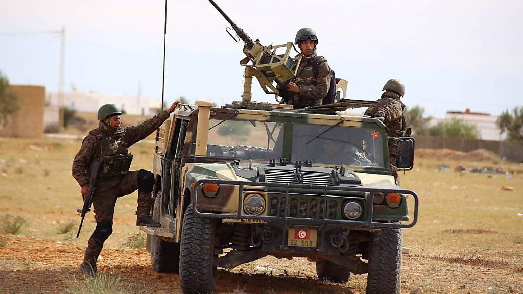 Tunesische Soldaten bei einem Einsatz im Grenzgebiet zu Libyen. Für die Grenzsicherung soll künftig ein neues elektronisches System zum Einsatz kommen, das die USA finanzieren. (Archivbild)