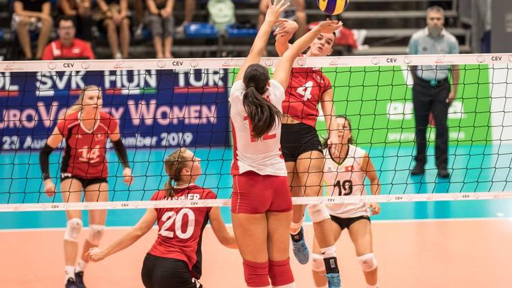 Volleyball bekommt neben der sandigen Variante ebenfalls mehr Aufmerksamkeit.