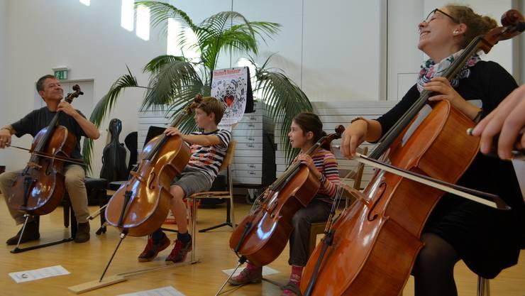 Cello üben kann Spass machen: Solocellist Thomas Grossenbacher unterrichtet die Schüler auf spielerische Art und Weise.