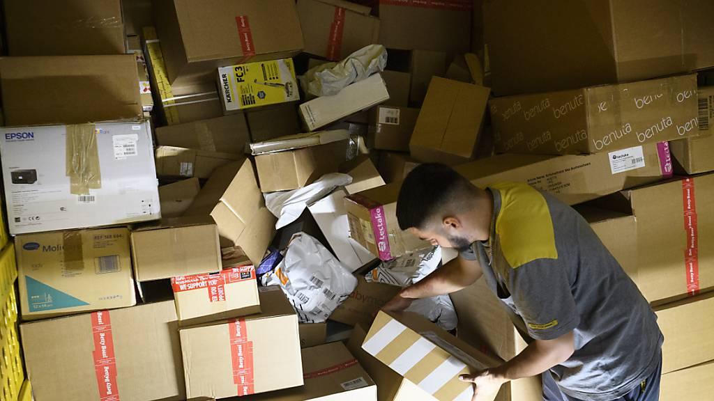 Die Post rechnet in diesem Jahr mit mindestens einem Fünftel mehr Paketen als im Vorjahr. Erwartet wird ein Allzeitrekord. (Archivbild)