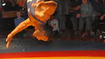 Ringerakrobatik: Freiamts Kubaner Wilbert Machin Barroso zeigte in Schattdorf einen spektakulären Freudensprung. Foto: Rytz.