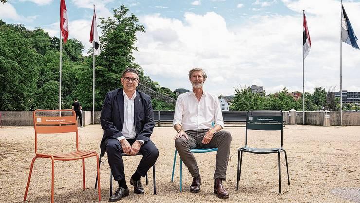 Der Badener Stadtammann Markus Schneider (l.) und Jarl Olesen, Leiter Planung und Bau, auf dem Theaterplatz.