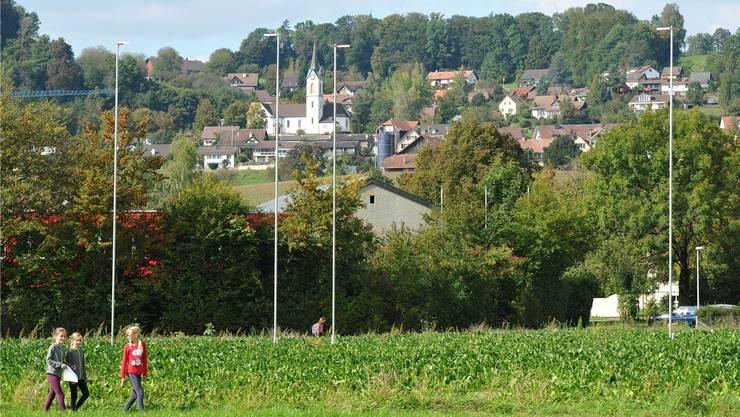 Auf dem Boden der katholischen Kirchgemeinde ist der Bau von 14 altersgerechten Wohnungen geplant (im Hintergrund Oberschneisingen mit Kirche) (Symbolbild).