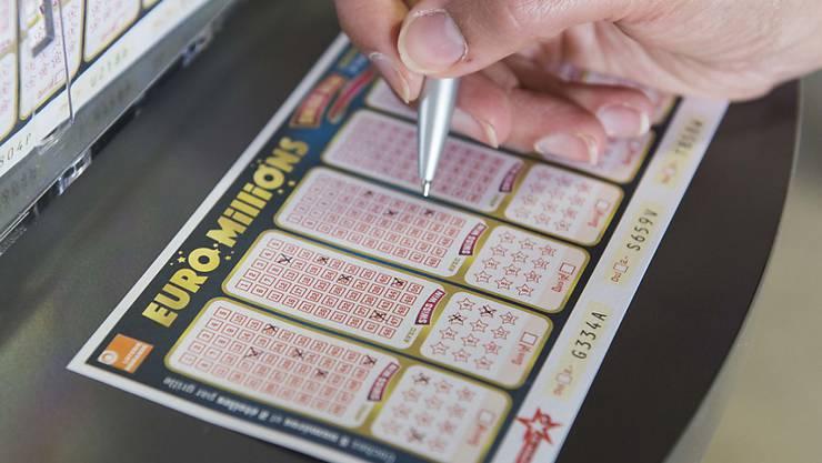 Das neue Jahr hat für einen Lottospieler in Grossbritannien gut angefangen - er gewann in der Nacht auf Mittwoch den Hauptgewinn von 115 Millionen Pfund.