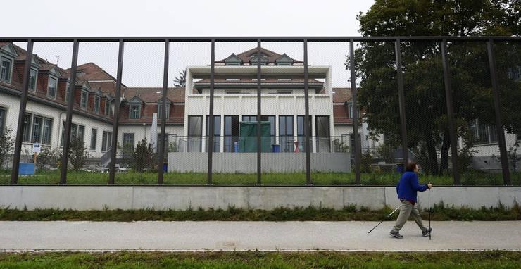 Ein Zaun umgibt die neu gestalteten Massnahmestationen 80/82 der Klinik fuer Forensische Psychiatrie