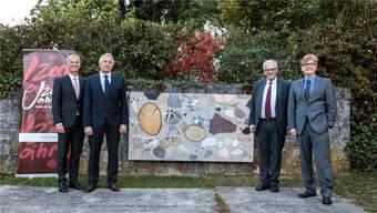 Markus Boss, Felix Leuenberger (Regiobank), Stadtpräsident Kurt Fluri und Museumsdirektor Christoph Vögele nehmen die Skulptur von Katja Schenker in Empfang. 8Bild: Hanspeter Bärtschi)