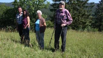 Markus Schmidlin (von links) mit Partnerin Manuela Buser sowie seinen Eltern Lilly und Walter Schmidlin auf der siegreichen Magerwiese.Bild: Simon Tschopp (Dittingen, 24.Juni 2020)