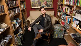 Wenn der Autor Simon Libsig nicht mehr weiterkommt, findet er Inspiration in Büchern: «Umgeben von Büchern fällt mir das Schreiben einfacher.» Alex Spichale