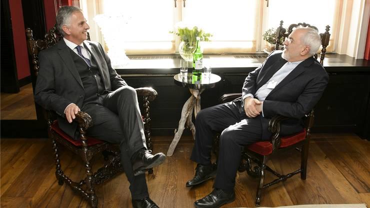 Der Schweizer Aussenminister Didier Burkhalter im Januar am WEF im Gespräch mit seinem iranischen Pendant Javad Zarif (r.).key