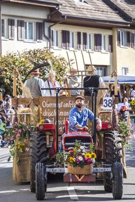 An diesem herbstlichen Sonntag wird in Döttingen alles dem Wein gewidmet. Umzug des Winzerfestes in Döttingen. Im Bild:Dreschergruppe Obermumpf