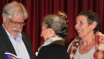 Peter Scholer und Lotti Berner, die Autoren des Beitrags zum Energiewandel, nehmen ihre Bücher in Empfang.