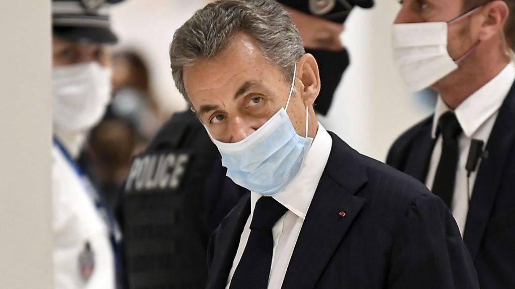 dpatopbilder - Nicolas Sarkozy trifft zur Eröffnungsverhandlung seines Prozesses im Gerichtsgebäude in Paris ein. Foto: Bertrand Guay/AFP/dpa