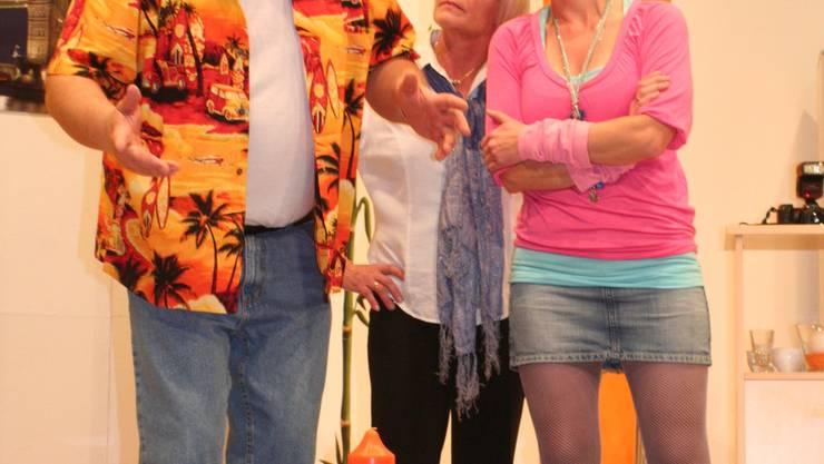 Chaotisch: Zwei Frauen, aber eine Frau im Penthouse ist zu viel: Nik mit Judith und Kiki. (sni)