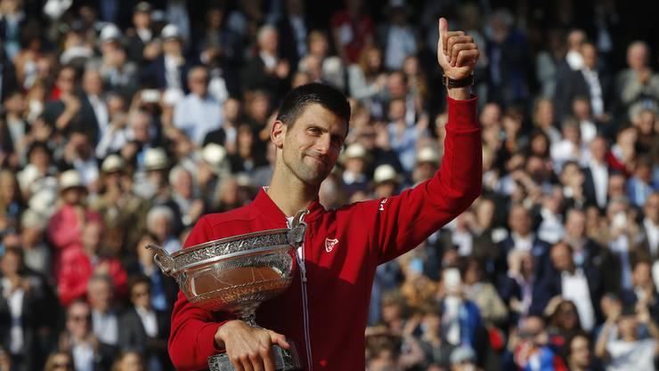 Novak Djokovic darf sich erstmals über die Trophäe von Roland Garros freuen.