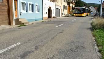 Die seit Jahren stark beschädigte Hauptstrasse durch Hellikon wird ab kommendem Montag saniert und ausgebaut. (Archiv)