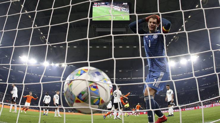 Neuer fasst sich an den Kopf: Gegen Holland hat Deutschland den Sieg in letzter Minute verspielt.