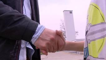 In Therwil (BL) verweigerten muslimische Schüler ihrer Lehrerin aus religiösen Gründen den Handschlag.