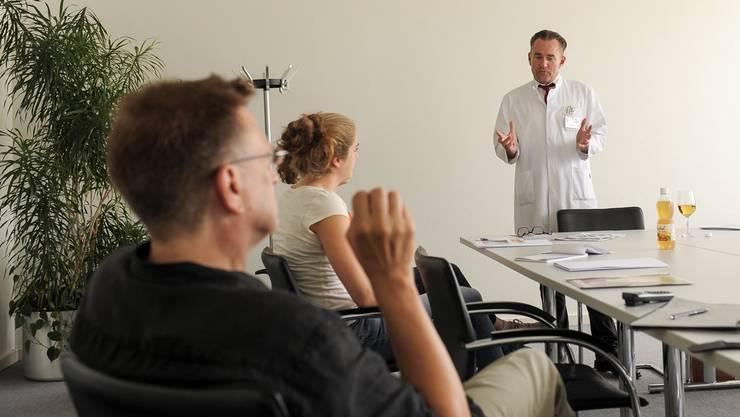 Im Felix Platter Spital wird der Gerontologische Testanzug (GERT) vorgestellt.