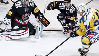 Reto von Arx (rechts) scheitert an Fribourg-Keeper Benjamin Conz
