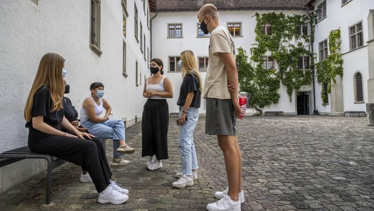 Auf dem gesamten Gelände der Kantonsschule Wettingen gilt ab sofort eine Maskenpflicht.
