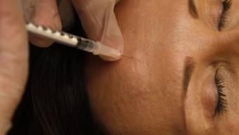 Einer Erwachsenen wird eine Botox-Spritze gesetzt (Symbolbild)
