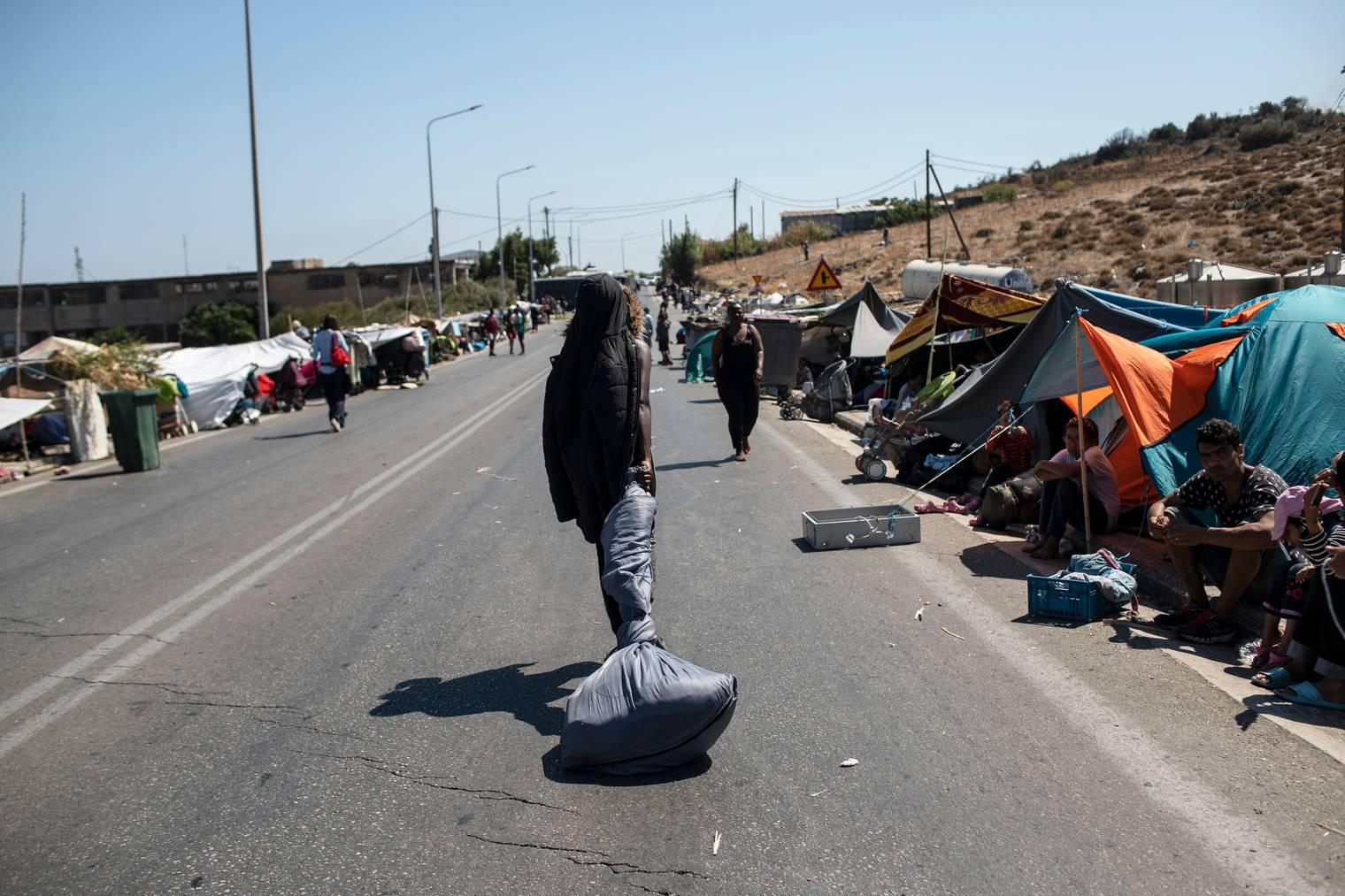 Migranten versammeln sich unter freiem Himmel, nachdem das Flüchtlingslager Moria auf Lesbos niederbrannte.