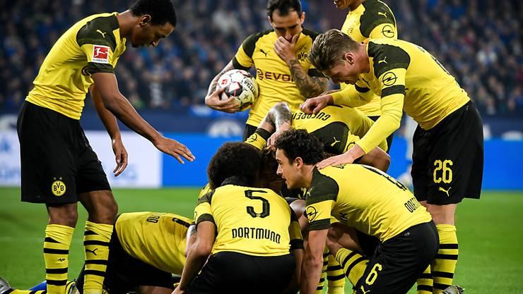 Die Dortmunder feiern den 2:1-Torschützen Jadon Sancho