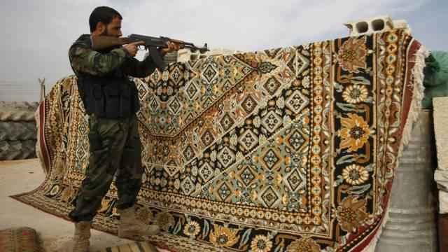 Kämpfer der Hussein-Brigade kämpft im syrischen Hatita (Archiv)