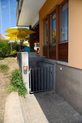 Der Eingang zur Zivilschutzanlage liegt neben dem Restaurant Biber.