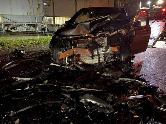Drei Personen wurden leicht bis mittelschwer verletzt, an den Autos entstand Totalschaden.