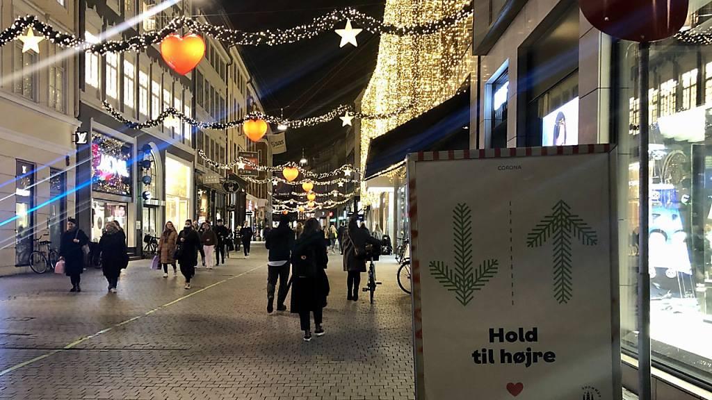 Passanten in Kopenhagen Mitte Dezember. Seit Weihnachten sind die meisten Geschäfte geschlossen. Foto: Steffen Trumpf/dpa