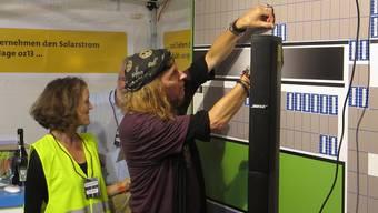 Chris von Rohr zeichnet Anteilscheine für die nächste OptimaSolar-Photovoltaikanlage.