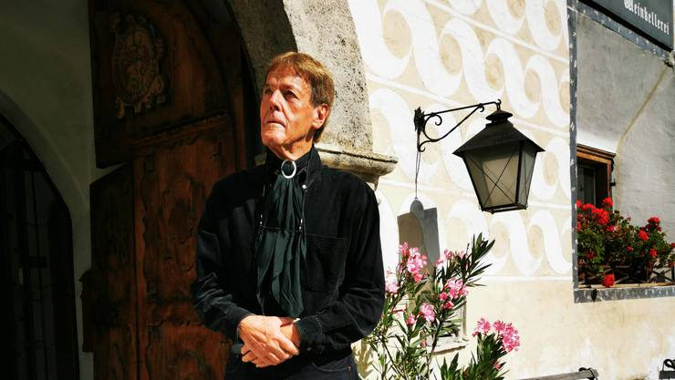 Wurde nolens volens zum Hotelier: Ernst Schweizer vor seinem Ritterhaus. (zvg)