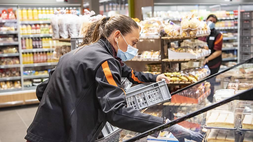 Die Umsätze im Detailhandel sind im August gestiegen: eine Verkäuferin in Zug (Archivbild).